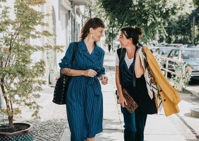 Lebendiges Businessfoto von zwei selbständige Frauen in Berlin friedrichshain