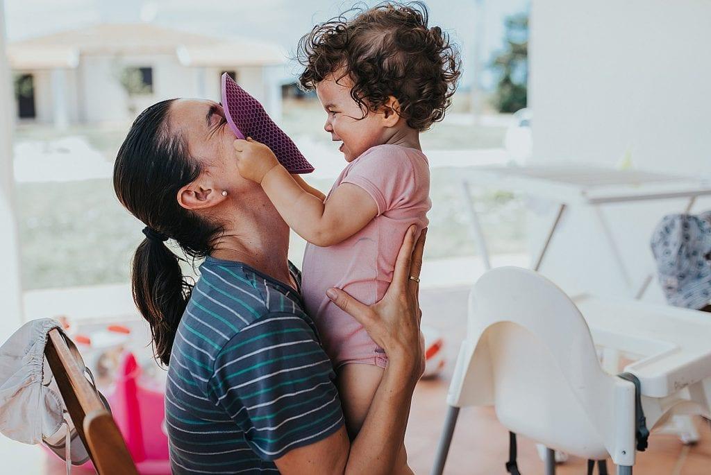 Familienbilder Mama mit Kleinkind spielen am Tisch