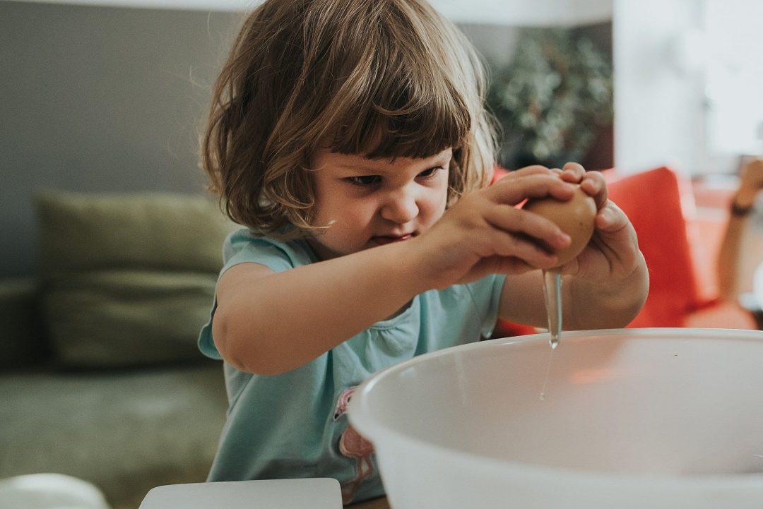 Kind backt Kuchen zu hause bei Fotoshooting in berlin