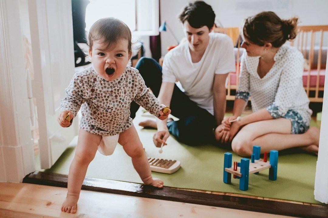 Familienfotos zuhause, kind schreit