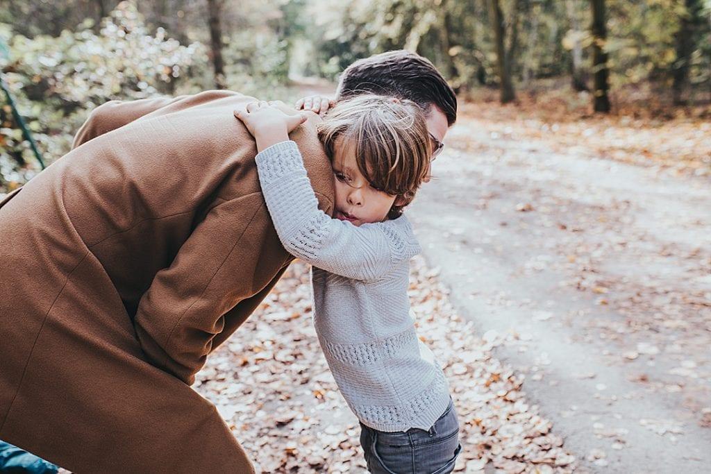 Familienbilder Berlin Papa mit Sohn umarmen sich