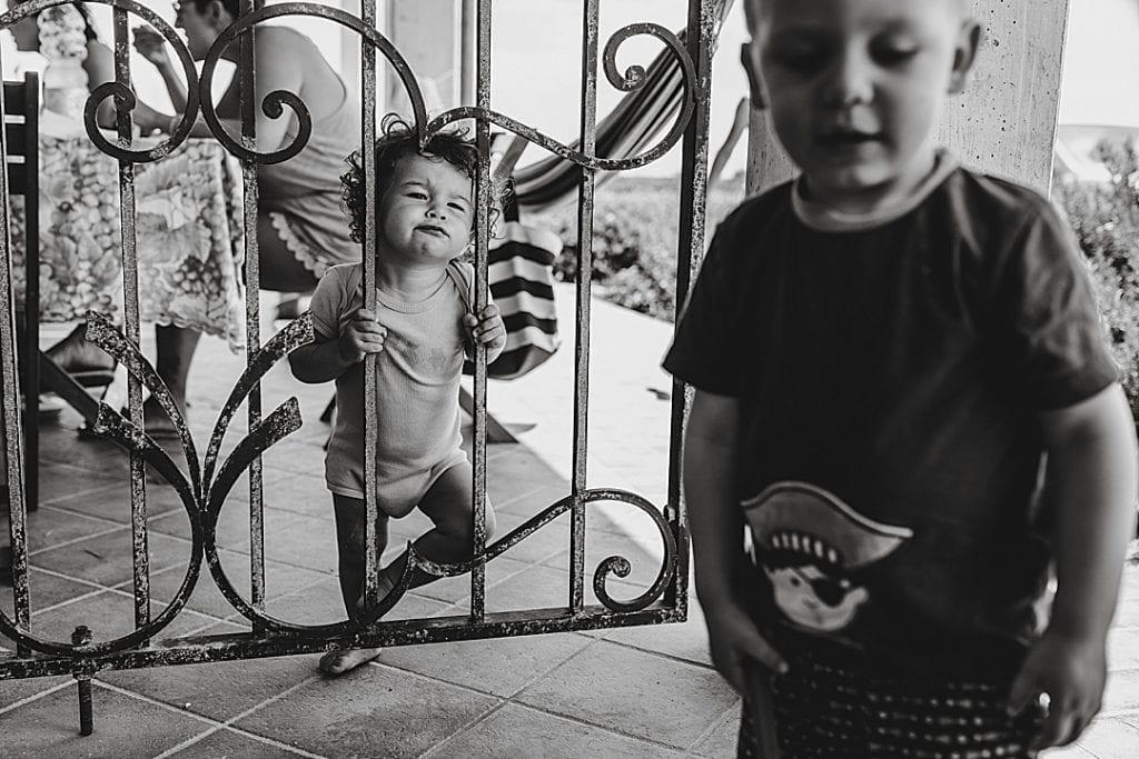 Kind spielt und lächelt beim Familienfotoshooting in Buch Berlin